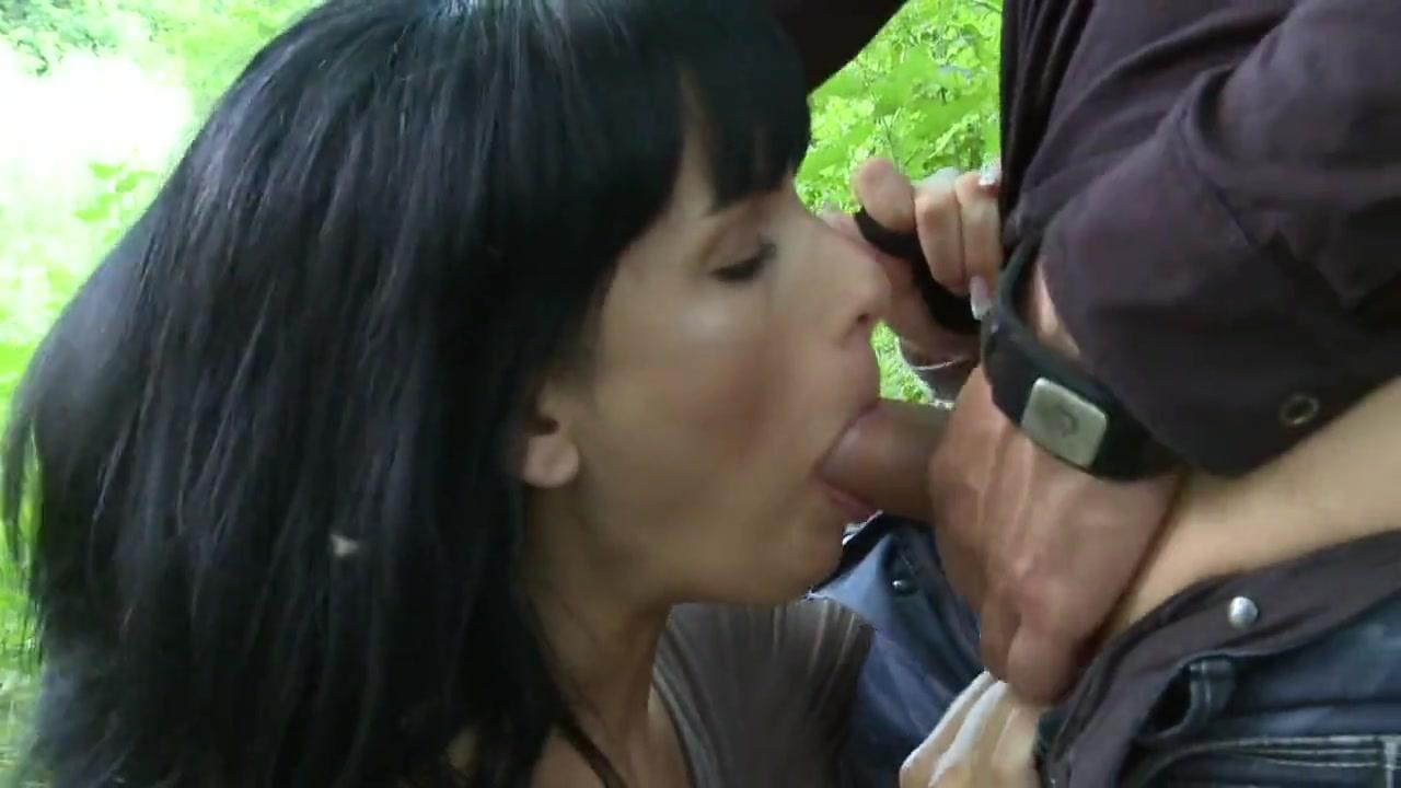 Секс в лесу с красивой брюнеткой