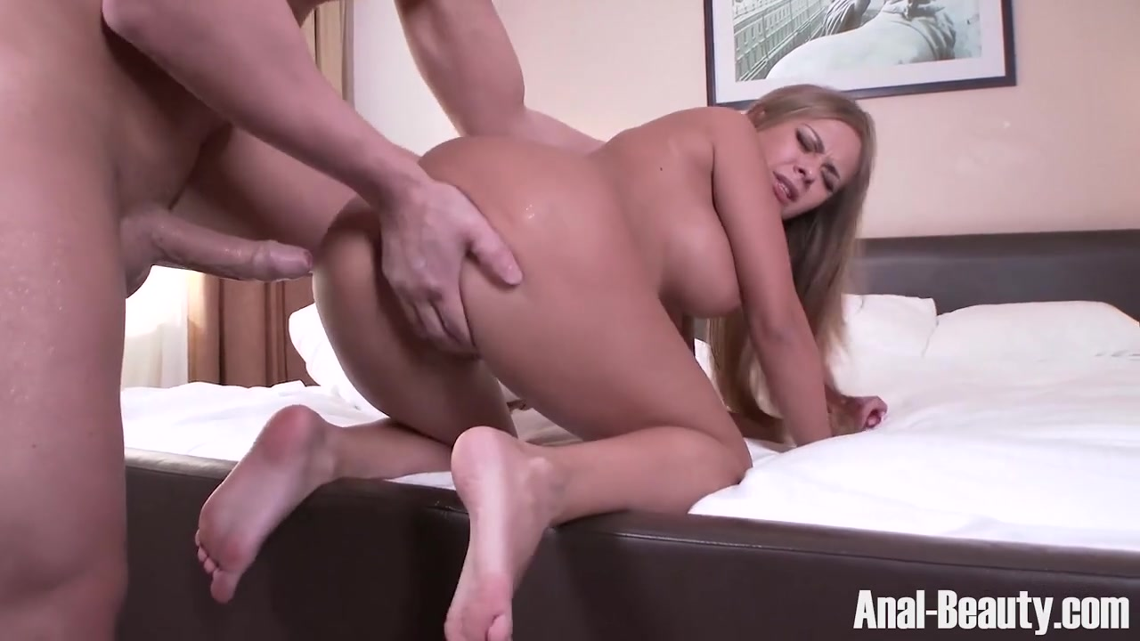 Славянка в номере отеля после куни сладко ебется с любовником и глотает его сперму