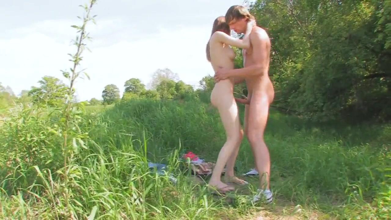 Молодую русскую телочку парень трахнул около озера