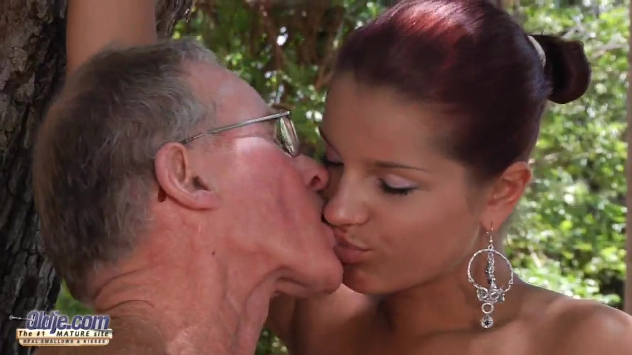 Красивая девченка занимается сексом со стариком