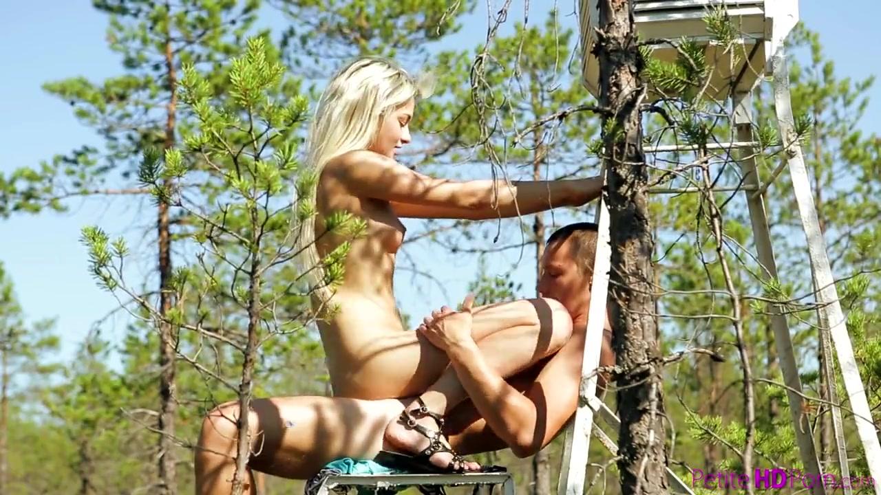 Секс на природе с миниатюрной блондинкой