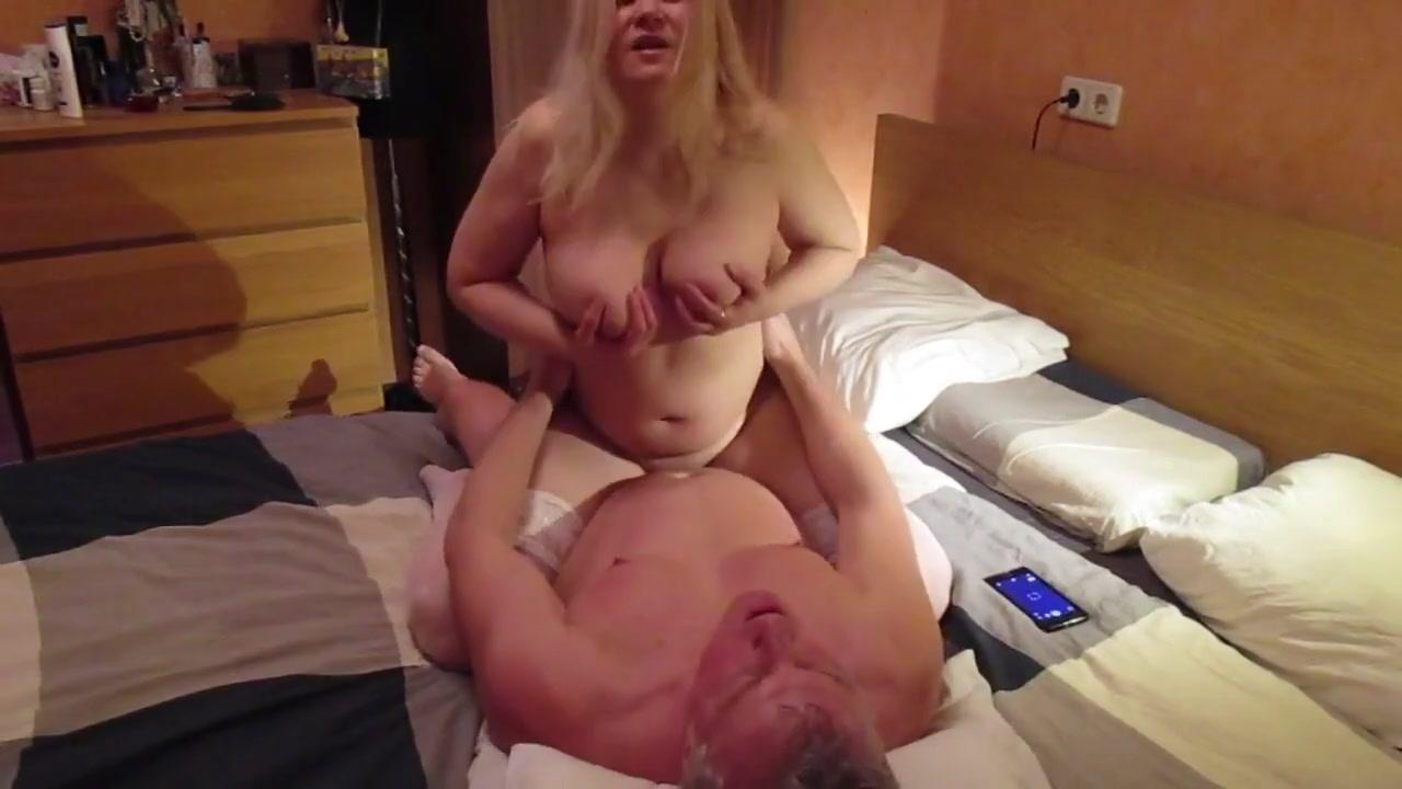 Зрелая пара занимется сексом в спальне