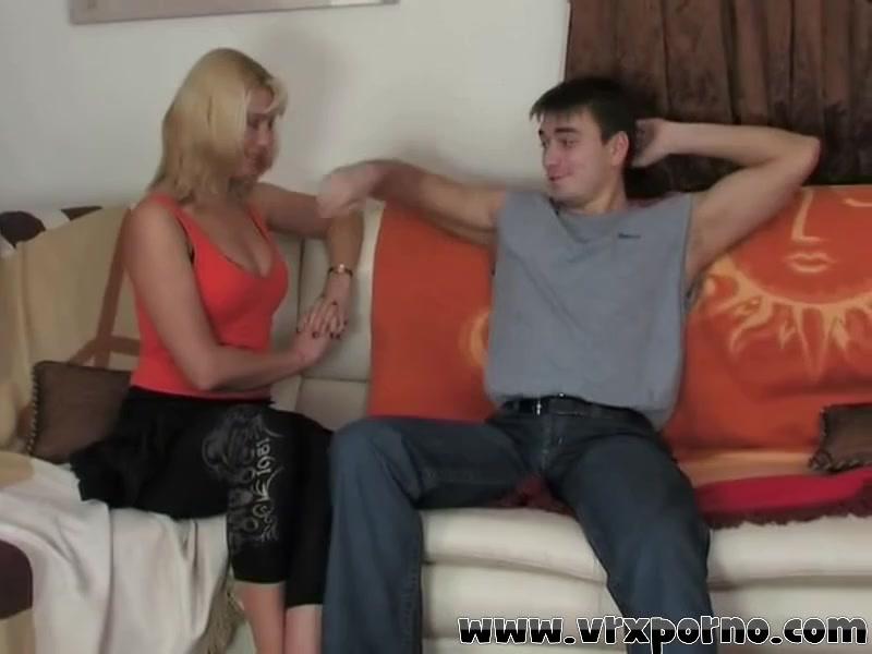 Напористый чувак силой взял русскую даму и натянул ее киску на хер