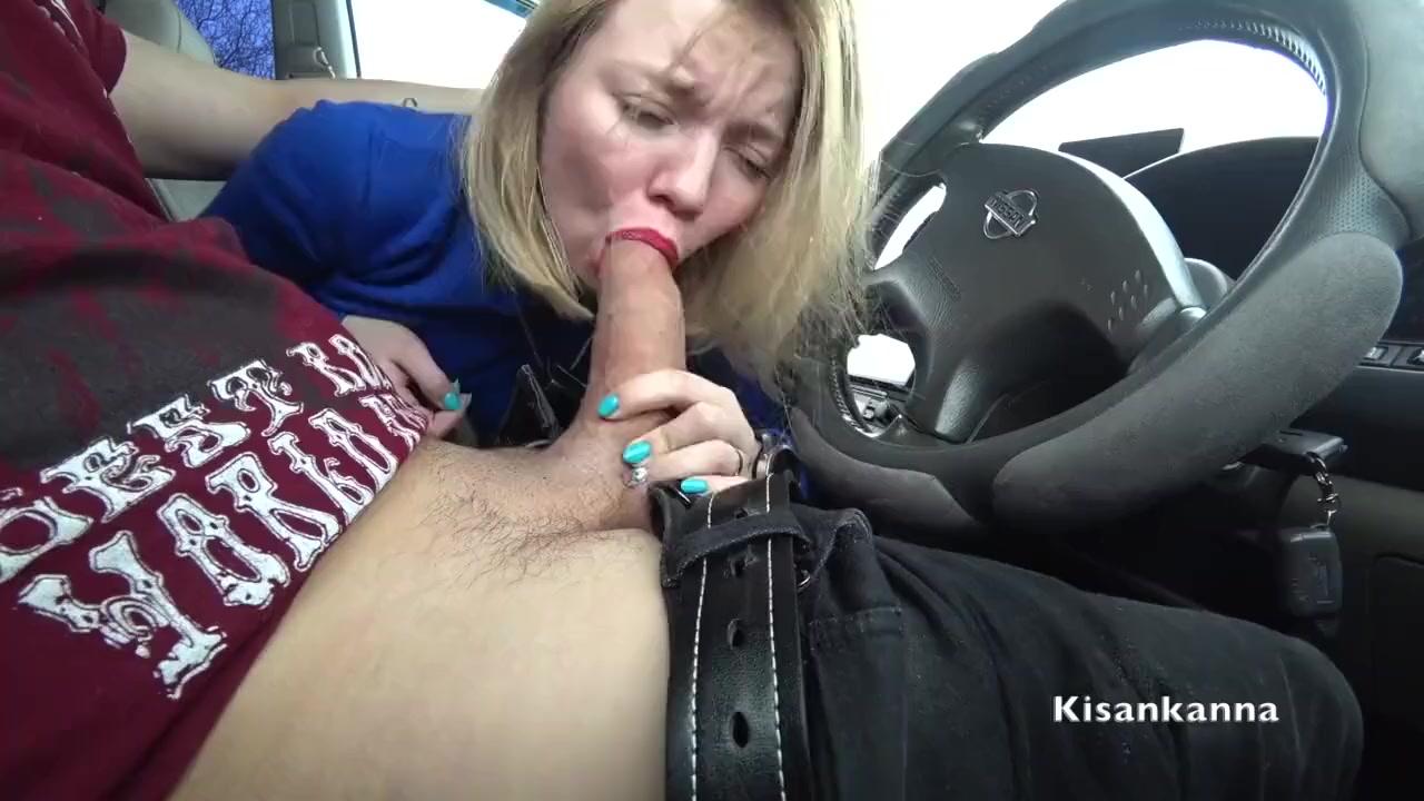 Блондинка сосет у парня в машине