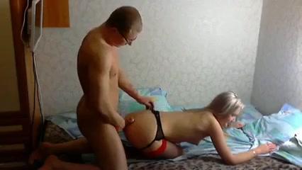 Блондинка и мужчина в очках кувыркаются в кровати
